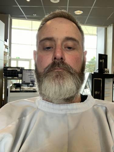 je cherche un homme barbu)